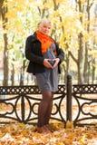 Mujer embarazada en parque del otoño Fotografía de archivo libre de regalías