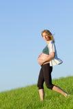 Mujer embarazada en prado Fotos de archivo libres de regalías
