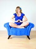 Mujer embarazada en silla Imágenes de archivo libres de regalías