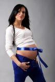 Mujer embarazada en un suéter blanco Imágenes de archivo libres de regalías