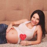 Mujer embarazada feliz Fotos de archivo