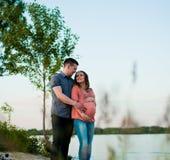 Mujer embarazada feliz al aire libre Imagenes de archivo