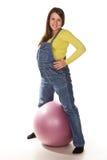 Mujer embarazada feliz con el fitball Imágenes de archivo libres de regalías