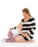 Mujer embarazada feliz con la hija Foto de archivo