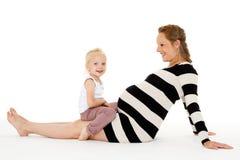 Mujer embarazada feliz con la hija Imagen de archivo