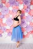 mujer embarazada feliz del concepto del deporte de la aptitud del embarazo Foto de archivo libre de regalías