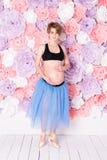 mujer embarazada feliz del concepto del deporte de la aptitud del embarazo Imágenes de archivo libres de regalías