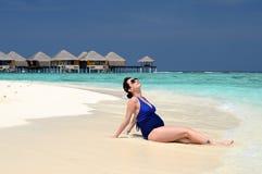 Mujer embarazada feliz en la playa, Maldivas Foto de archivo