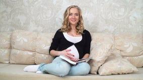 Mujer embarazada feliz joven almacen de video