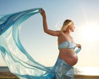 Mujer embarazada hermosa al aire libre Foto de archivo libre de regalías