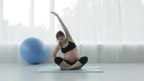 Mujer embarazada hermosa en el cuarto de la aptitud almacen de video