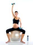 Mujer embarazada hermosa en la gimnasia de la aptitud Foto de archivo libre de regalías