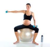 Mujer embarazada hermosa en la gimnasia de la aptitud Imagen de archivo