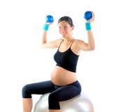 Mujer embarazada hermosa en la gimnasia de la aptitud Imágenes de archivo libres de regalías