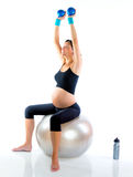 Mujer embarazada hermosa en la gimnasia de la aptitud Fotos de archivo