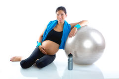Mujer embarazada hermosa en la gimnasia de la aptitud relajada Fotografía de archivo libre de regalías