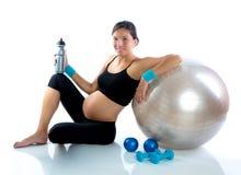 Mujer embarazada hermosa en la gimnasia de la aptitud relajada Imagenes de archivo