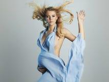 Mujer embarazada hermosa en vestido azul Foto de archivo
