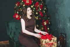 Mujer embarazada hermosa joven en la Navidad con un tre hermoso Foto de archivo