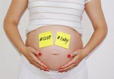 Mujer embarazada hermosa que cuenta con concepto Fotos de archivo libres de regalías