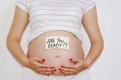 Mujer embarazada hermosa que cuenta con concepto Fotografía de archivo