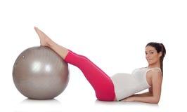 Mujer embarazada hermosa que hace ejercicio Imagen de archivo