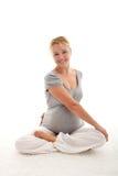 Mujer embarazada hermosa que hace ejercicios Fotografía de archivo libre de regalías