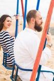 Mujer embarazada joven hermosa con el hombre fotografía de archivo libre de regalías