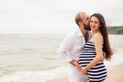 Mujer embarazada joven hermosa con el hombre foto de archivo
