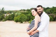 Mujer embarazada joven hermosa con el hombre imagenes de archivo