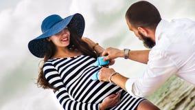 Mujer embarazada joven hermosa con el hombre foto de archivo libre de regalías