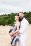 Mujer embarazada joven hermosa con el hombre fotografía de archivo