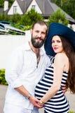 Mujer embarazada joven hermosa con el hombre imagen de archivo libre de regalías