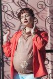 Mujer embarazada joven hermosa en el sol de la primavera al aire libre Imagen de archivo libre de regalías