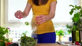 Mujer embarazada preparar la ensalada de las hojas de las remolachas en la tabla de cocina almacen de metraje de vídeo