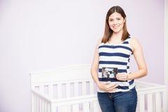 Mujer embarazada que ama su ultrasonido imagen de archivo