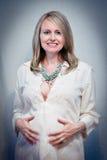 Mujer embarazada que brilla intensamente Foto de archivo