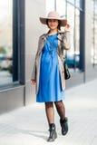 mujer embarazada que camina en la ciudad Foto de archivo