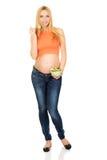 Mujer embarazada que come la ensalada Foto de archivo