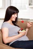 Mujer embarazada que come la fruta Fotografía de archivo libre de regalías