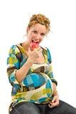 Mujer embarazada que come la manzana imágenes de archivo libres de regalías