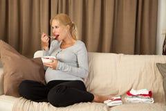 Mujer embarazada que come un almuerzo sano Fotografía de archivo libre de regalías