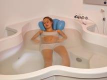 Mujer embarazada que descansa en piscina de la natalidad Imágenes de archivo libres de regalías