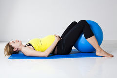 Mujer embarazada que ejercita con la bola de la aptitud Fotografía de archivo