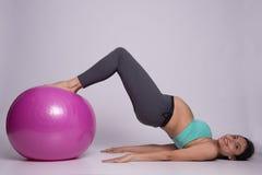 Mujer embarazada que ejercita con la bola de Pilates Fotografía de archivo libre de regalías