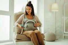 Mujer embarazada que elige una nana para su niño futuro foto de archivo