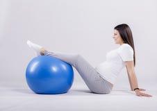 Mujer embarazada que hace ejercicio Imágenes de archivo libres de regalías