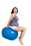 Mujer embarazada que hace ejercicios de los pilates Imagenes de archivo