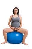 Mujer embarazada que hace ejercicios de los pilates Imagen de archivo