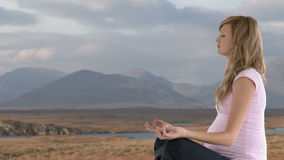 mujer embarazada que hace su yoga almacen de video